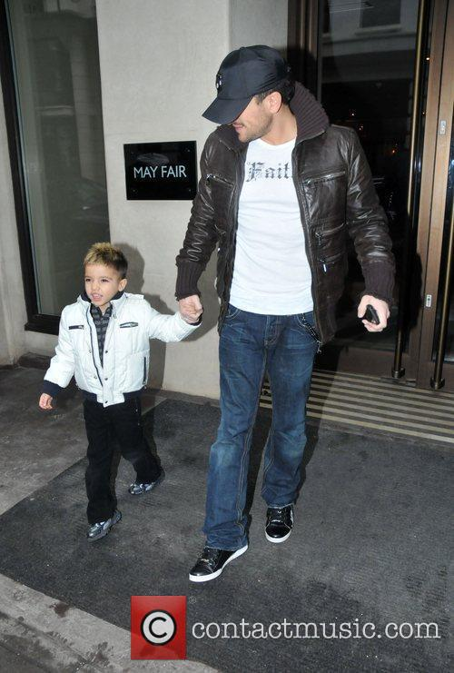 Peter Andre leavin the May Fair hotel with...