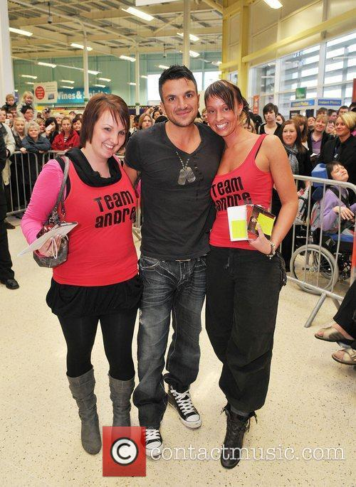 Peter Andre and some female fans at Tesco...