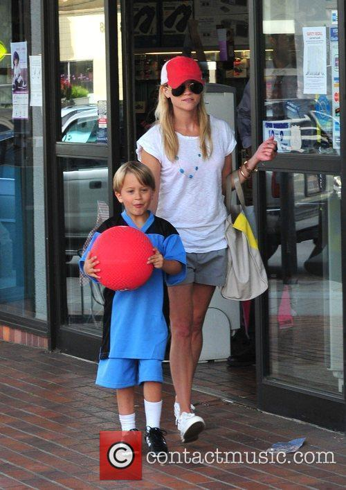 Reese Witherspoon with her boyfriend, daughter and son...