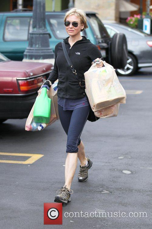 Renee Zellweger goes grocery shopping at Ralph's Supermarket...