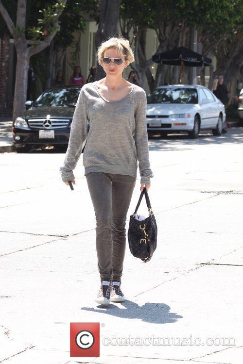 Renee Zellweger leaving a salon on Melrose Place...