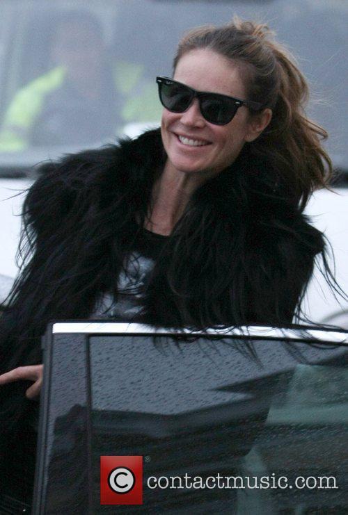 Elle Macpherson drops her children off at school...