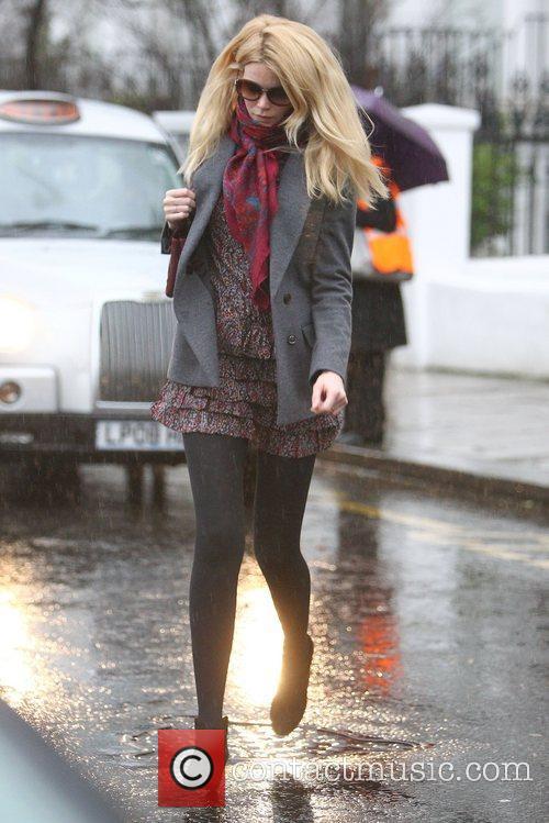 Claudia Schiffer drops her daughter off at school...