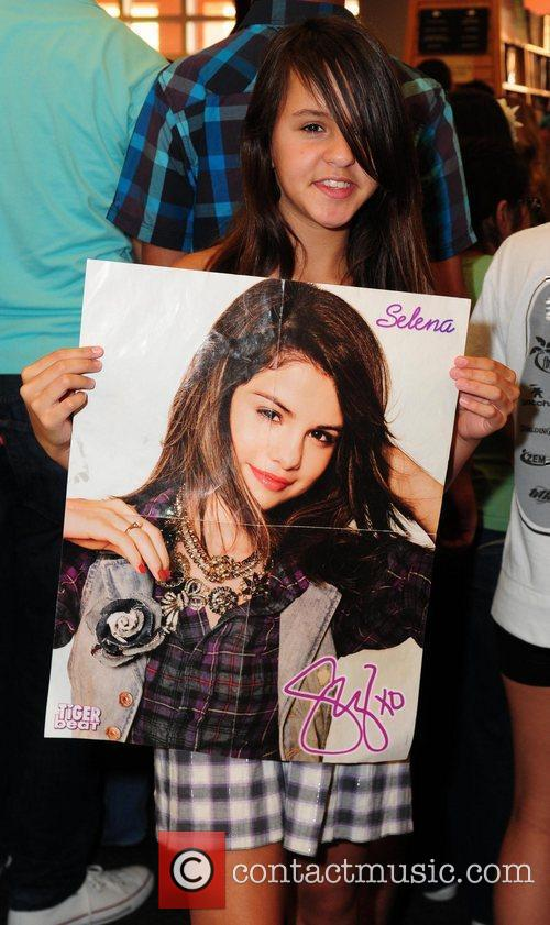 Fans waiting for Joey Kings and Selena Gomezat...