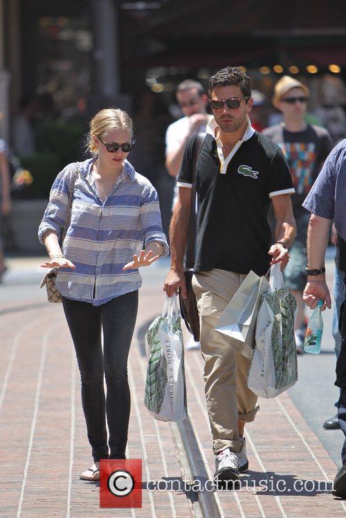 Amanda Seyfried and Dominic Cooper 22