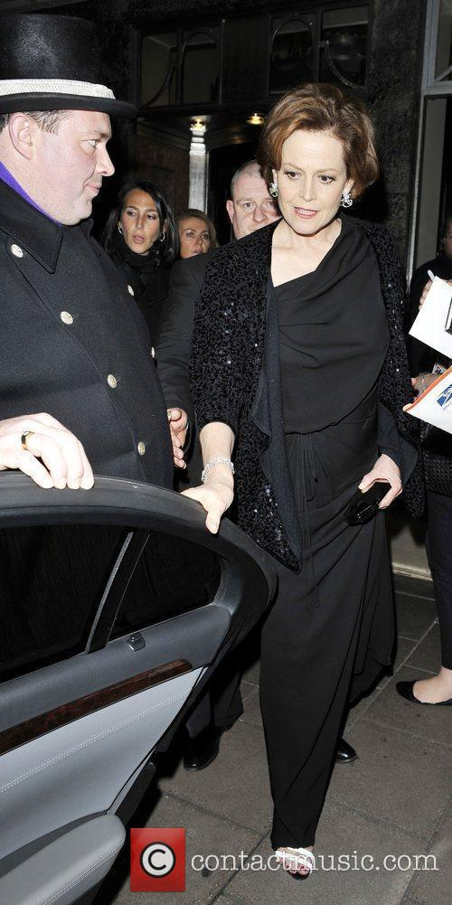 Leaves her hotel for the premier of 'Avatar'
