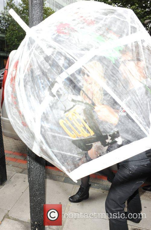 Taylor Momsen is covered with an umbrella by...
