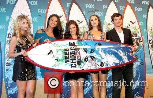 Ashley Benson, Shay Mitchell, Lucy Hale, Troian Avery...
