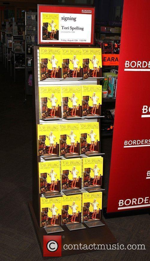 Atmosphere Tori Spelling signs copies of her book...
