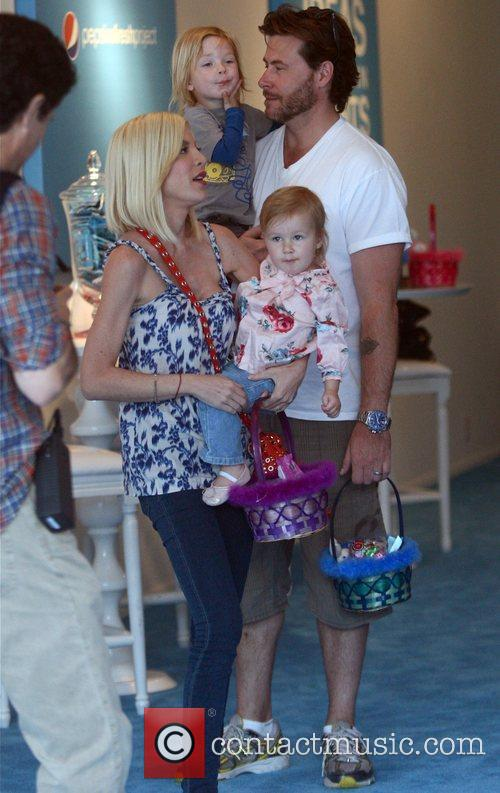 Tori Spelling, Dean Mcdermott With Their Children Liam and Stella 1