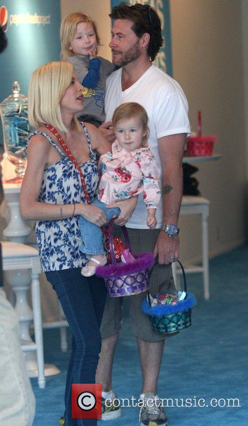 Tori Spelling, Dean Mcdermott With Their Children Liam and Stella 2