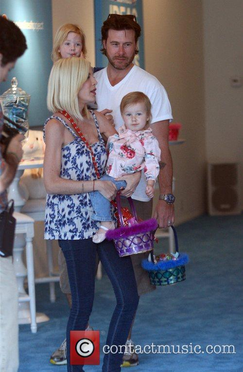 Tori Spelling, Dean Mcdermott With Their Children Liam and Stella 7