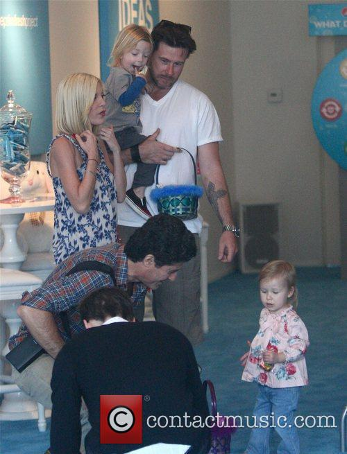 Tori Spelling, Dean Mcdermott With Their Children Liam and Stella 5