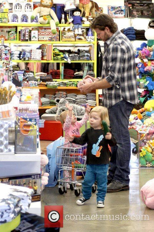 Dean McDermott shopping with his wife and two...