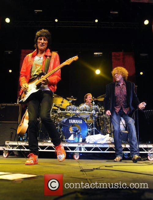 Ronnie Wood and Mick Hucknall 9