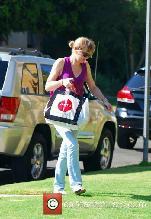 Lindsay Lohan's assistant arriving at Lindsay Lohans apartment...