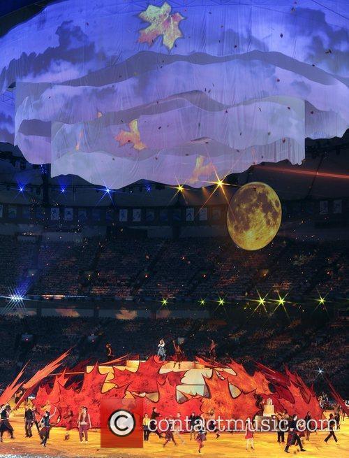 Atmosphere - Fiddlers perform around the elevated leaf...