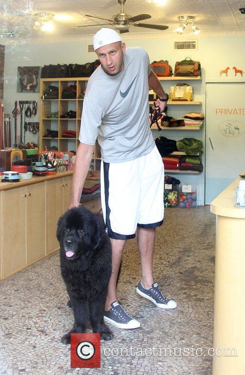 Basketball star Zydrunas Ilgauskas  visits the Doggystyle...