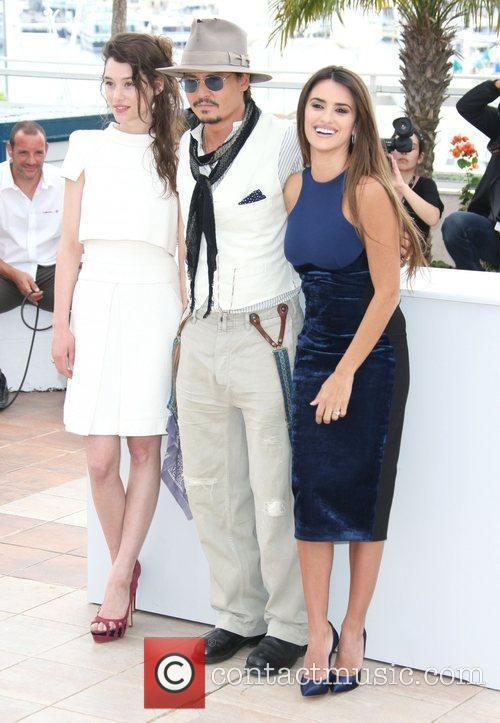 Astrid Berges-frisbey, Johnny Depp and Penelope Cruz 4