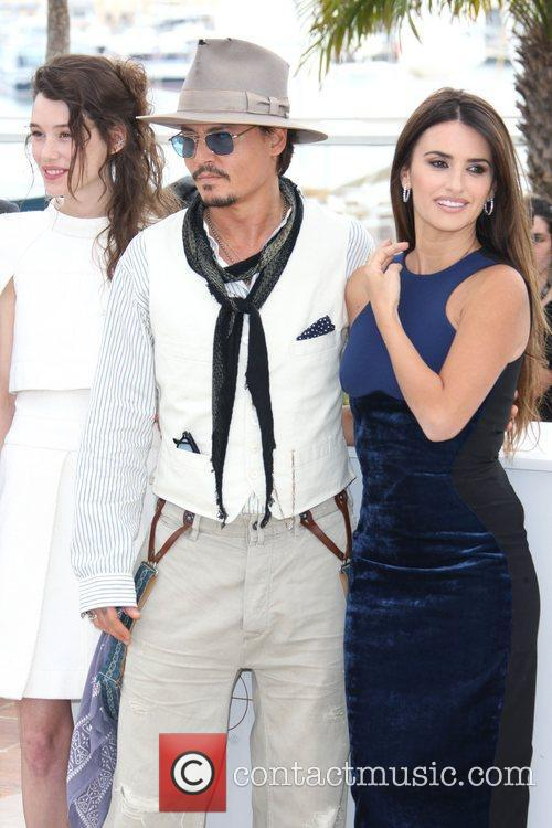 Astrid Berges-frisbey, Johnny Depp and Penelope Cruz 9