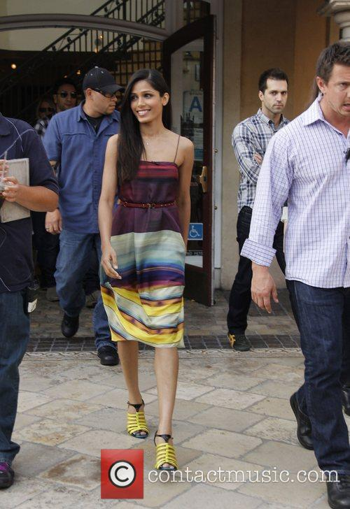 freida pinto appears on extra at the 3602011