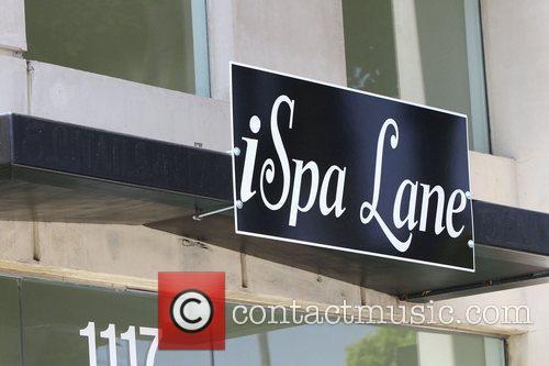 Alyson Hannigan visits iSpa Lane for a manuicure...