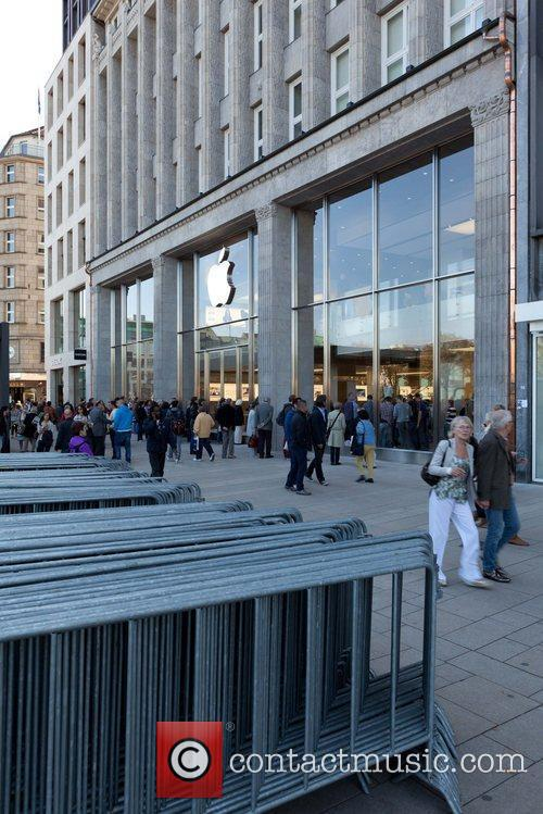 general views of the new apple store in the heart of hamburg 7 pictures. Black Bedroom Furniture Sets. Home Design Ideas