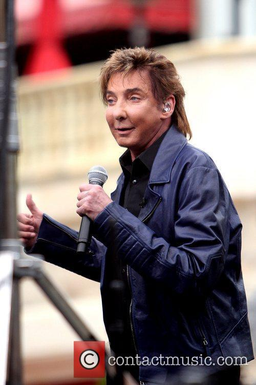 Barry Manilow performs on 'Extra' with Mario Lopez...