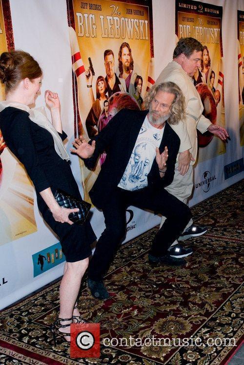 Julianne Moore and John Goodman 7
