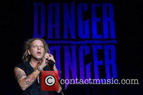 Danger Danger performing live at Salao Preto e...