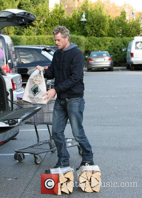 Eric Dane returns to his car after shopping...