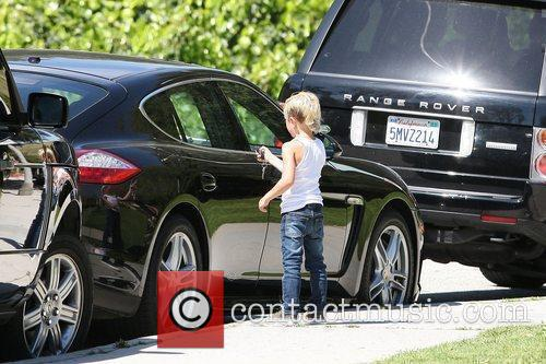 Kingston Rossdale opens the door to his dads...