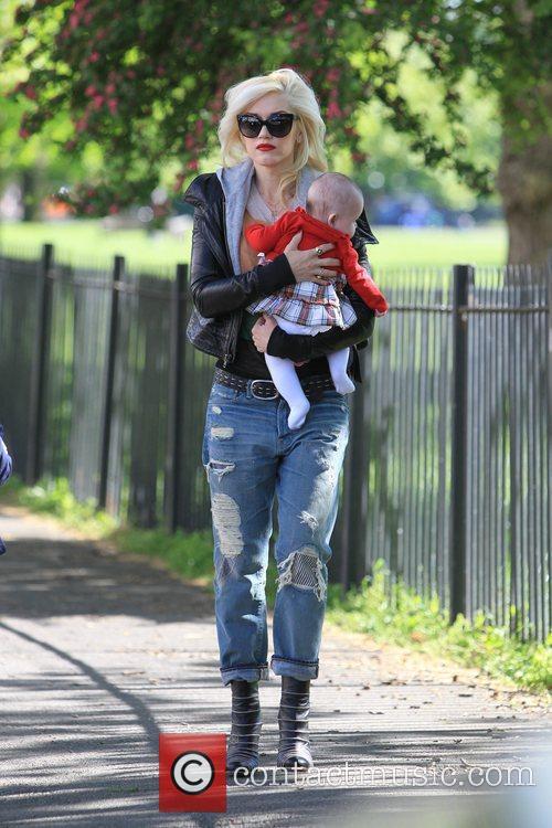Gwen Stefani carrying a friends baby Gwen Stefani...