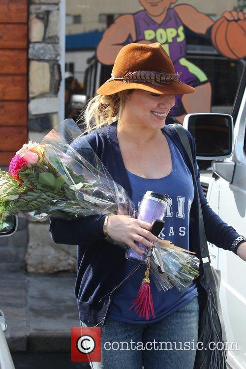 Pregnant Hilary Duff receives flowers from a paparazzo...