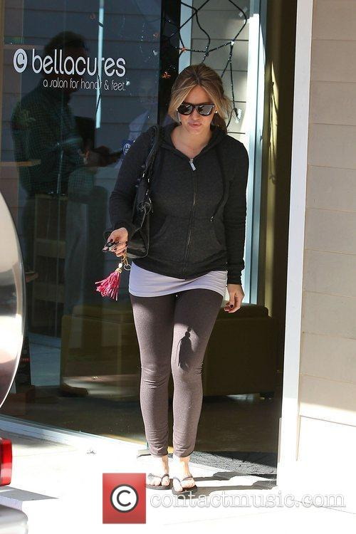 A pregnant Hillary Duff leaves a nail salon...