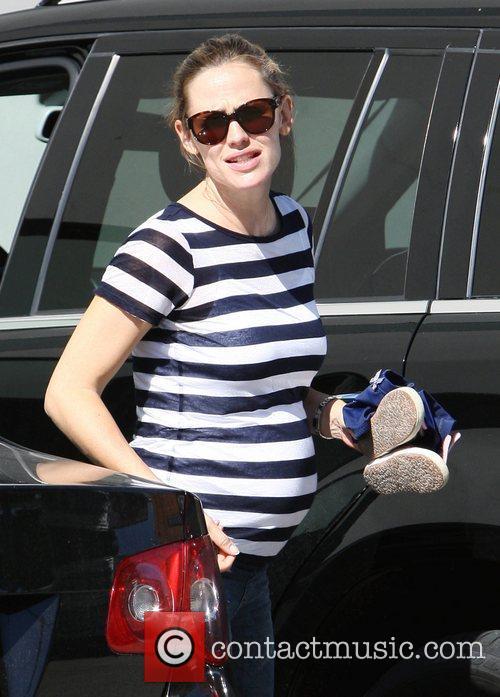 Pregnant Jennifer Garner takes her daughters Violet and...