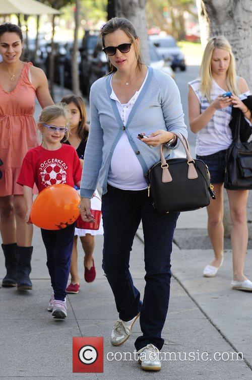 Jennifer Garner picks her daughters up from a...