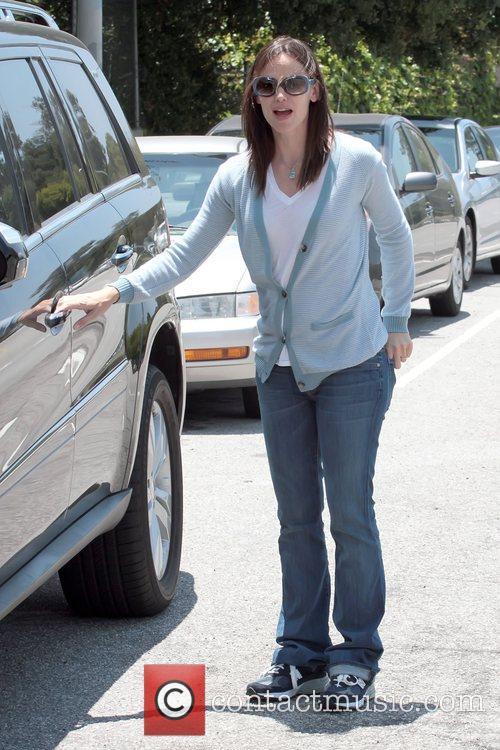 Jennifer Garner  running errands with her daughters...