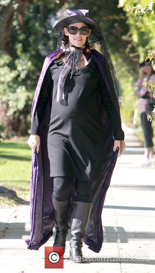 Jennifer Garner shows off her baby bump as...