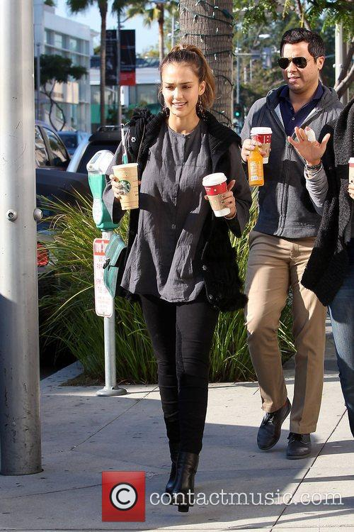jessica alba has a coffee in beverly 3625814