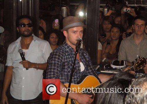 *Timberlake performs surprise show at New York restaurant...