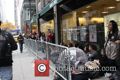 Fans and Khloe Kardashian 1