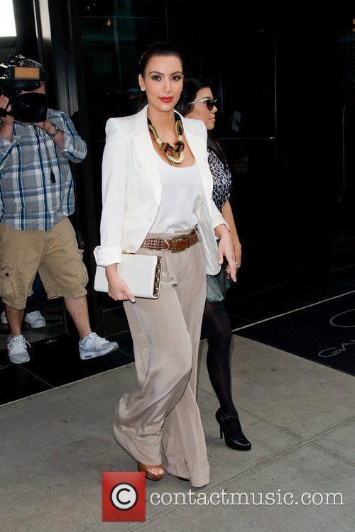 Kim Kardashian, Kourtney Kardashian and Manhattan Hotel 4