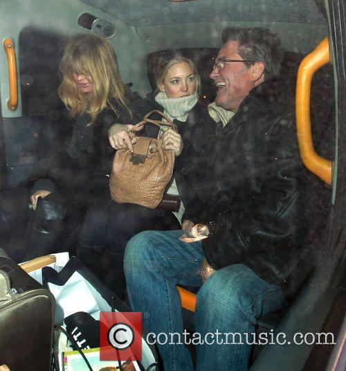 Kate Hudson, Goldie Hawn and Kurt Russell 4