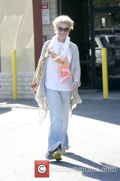 Katherine Heigl dressed in baggy clothing as she...