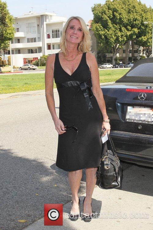 Arrives at the birthday party of Kathy Hilton...