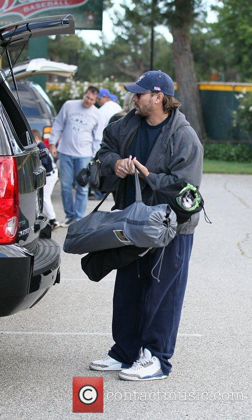 Kevin Federline loads sports equipment into his car...