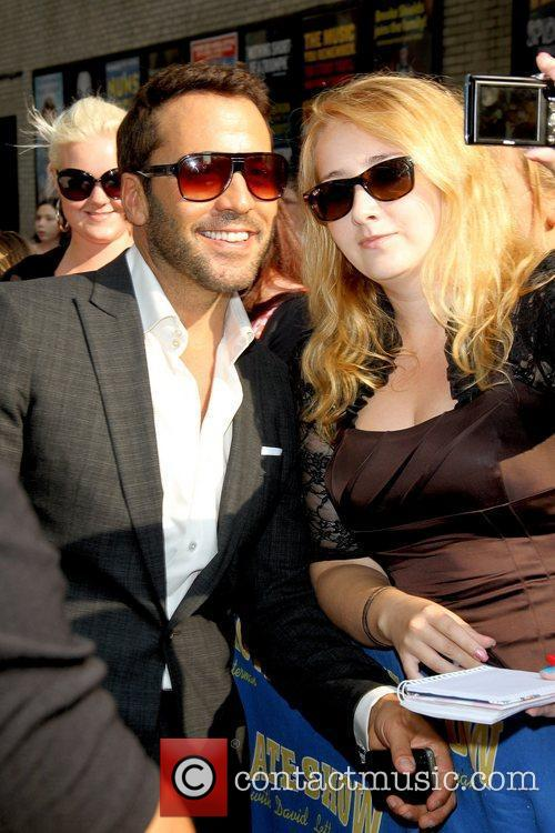 Jeremy Piven posing with a fan 'The Late...