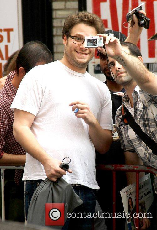 Seth Rogen posing with a fan 'The Late...