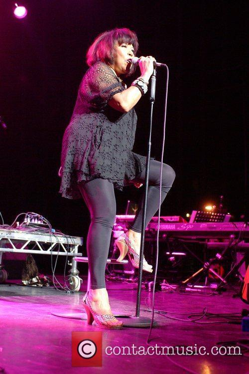 Linda Lewis performing at the Indigo2
